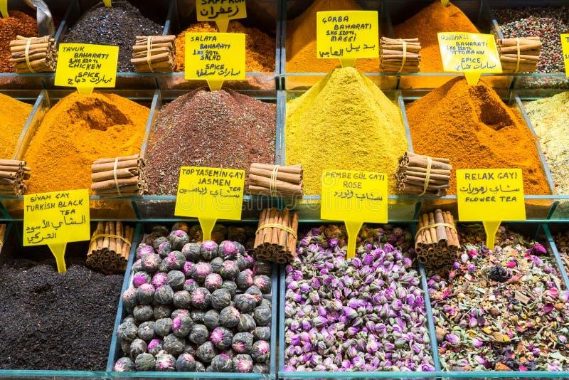 Mång- sorter av kryddor och doftande ingredienser sålde i den berömda kryddabasaren i Istanbul royaltyfria bilder
