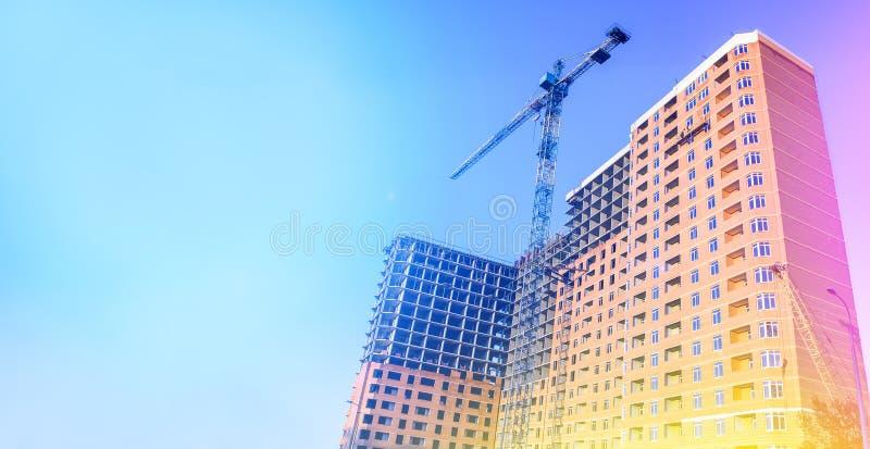 mång- storey för byggnadskonstruktion under Byggande oavslutat hus lyfta för kran Begreppet av utveckling royaltyfri fotografi