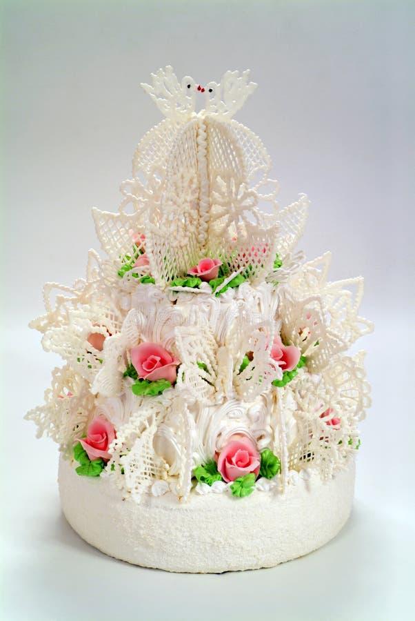 Mång- tiered bröllopstårta royaltyfri foto