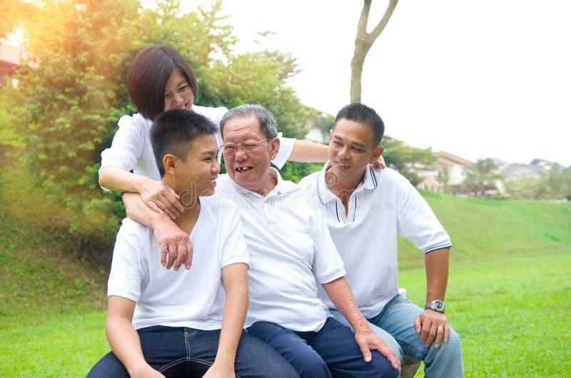 Mång--utveckling asiatfamilj royaltyfria foton