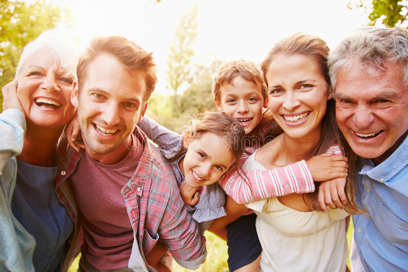 Mång--utveckling familj som har gyckel tillsammans utomhus royaltyfri fotografi