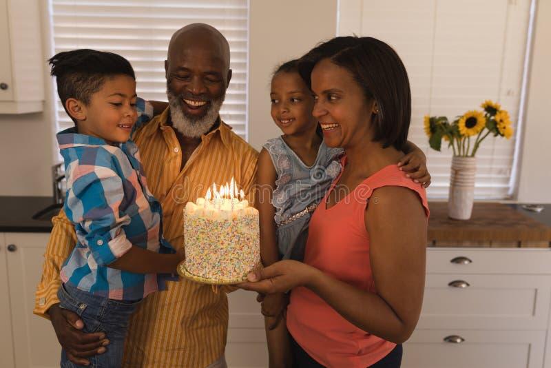Mång--utveckling familj som hemma firar födelsedag arkivfoton