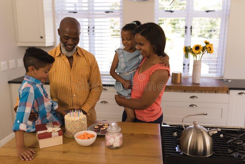 Mång--utveckling familj som hemma firar födelsedag arkivbild