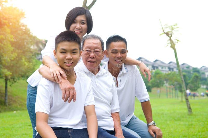 Mång--utveckling kinesfamilj royaltyfria foton