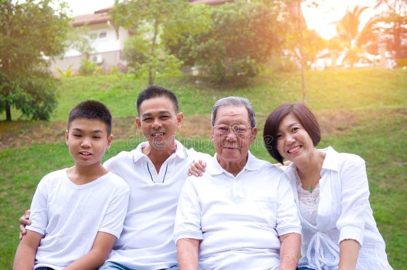 Mång--utveckling kinesfamilj royaltyfria bilder
