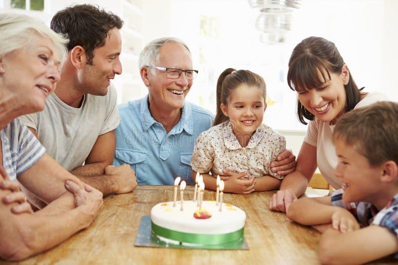 Mång- utvecklingsfamilj som firar sons födelsedag royaltyfria bilder