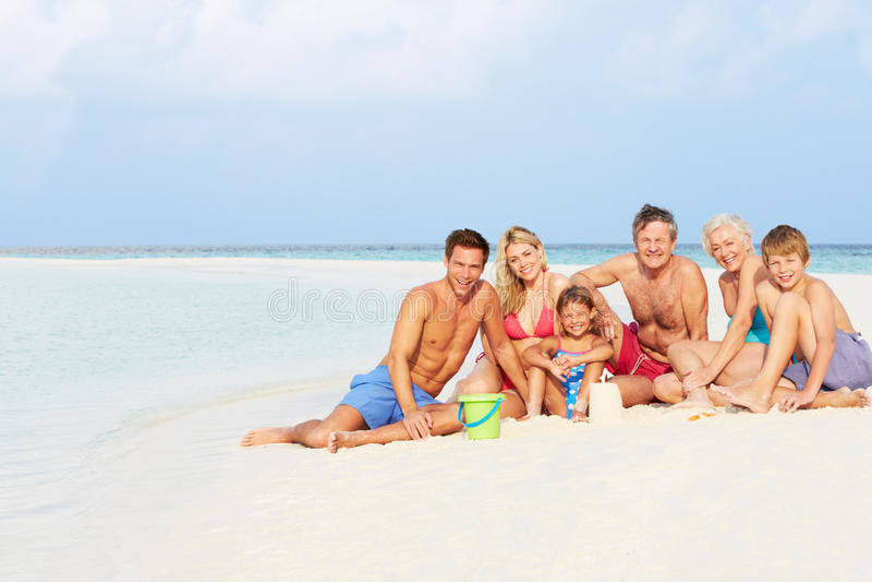 Mång- utvecklingsfamilj som har gyckel på strandferie royaltyfria foton