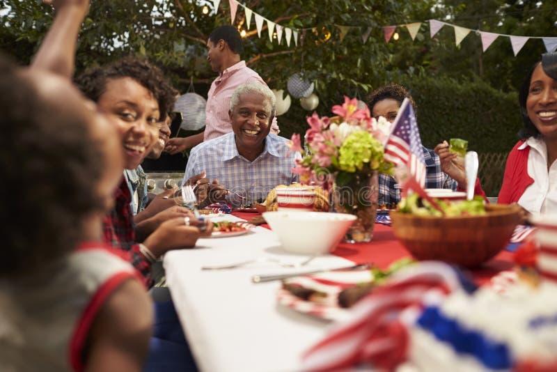 Mång- utvecklingssvartfamilj på 4th den Juli grillfesten, slut upp arkivfoton