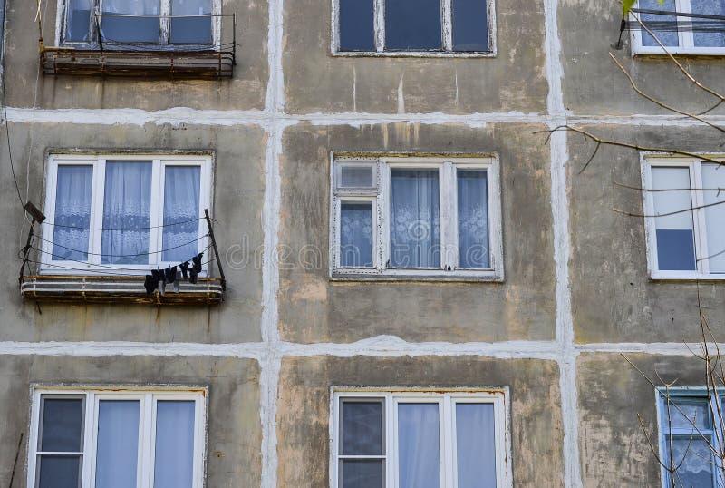 Mång--våning en bostads- byggnad av den sovjetiska perioden Gråa ansiktslösa fönster och väggar Ryssland arkivfoton