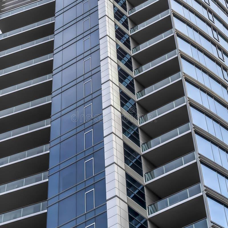 Mång- våningsbyggnad för fyrkantig ram med en modernist och en minimalist arkitektonisk design arkivbilder