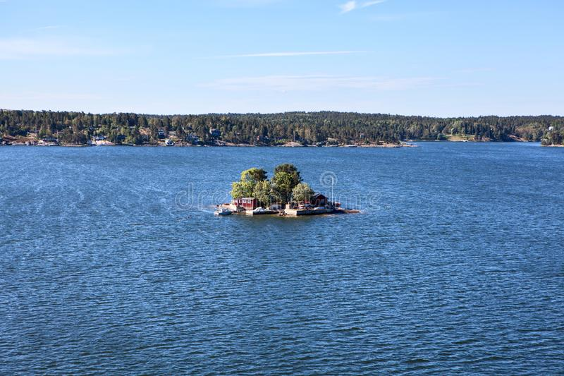 Många är olika byggnad och hus på kustlinjen av den Stockholm skärgården i Sverige Gemensamt dallandskap scandinavia royaltyfri fotografi