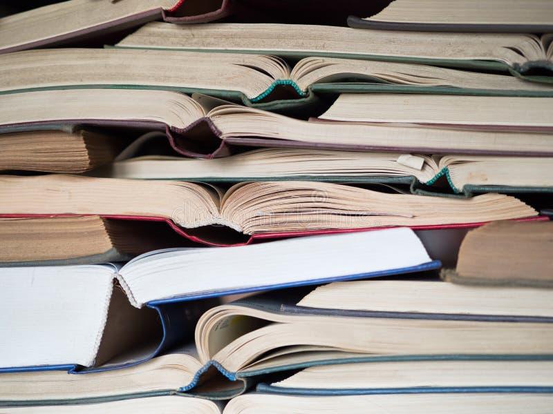 Många öppnade gamla och använda inbunden bokböcker eller textböcker Böcker och läsning är nödvändiga för självförbättring och att arkivbilder