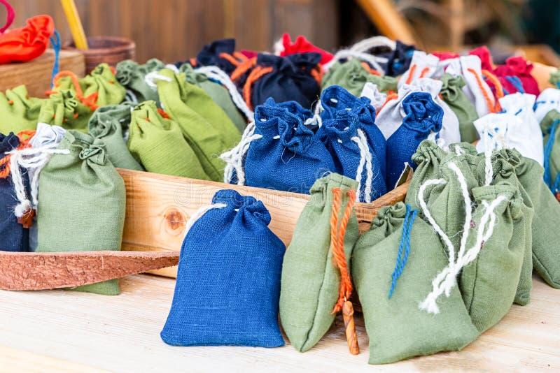 Många örter för vit botemedel för magasin för påsekanfas blåa gröna olivgröna medicinska royaltyfri bild