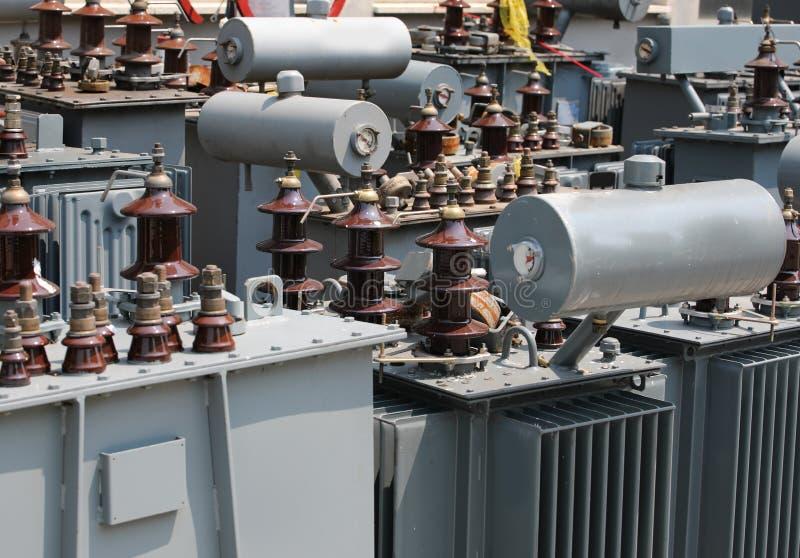 många alienerade gamla elektriska transformatorer i lagringen för fotografering för bildbyråer