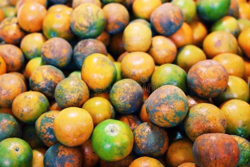 Många apelsiner förläggas på en svart torkduk Taget uppifrån arkivbild
