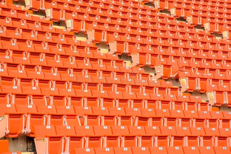Många apelsinstolar i fotbollsarena royaltyfri fotografi