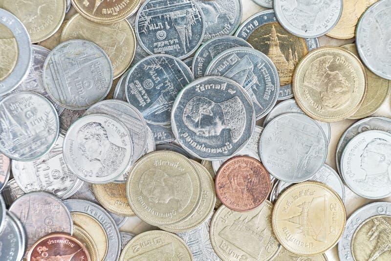 Många av den thailändska bahten myntar bakgrund royaltyfri foto