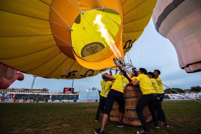 Många av män drar upp ballongen på Hatyai, Songkhla, Thailand fotografering för bildbyråer