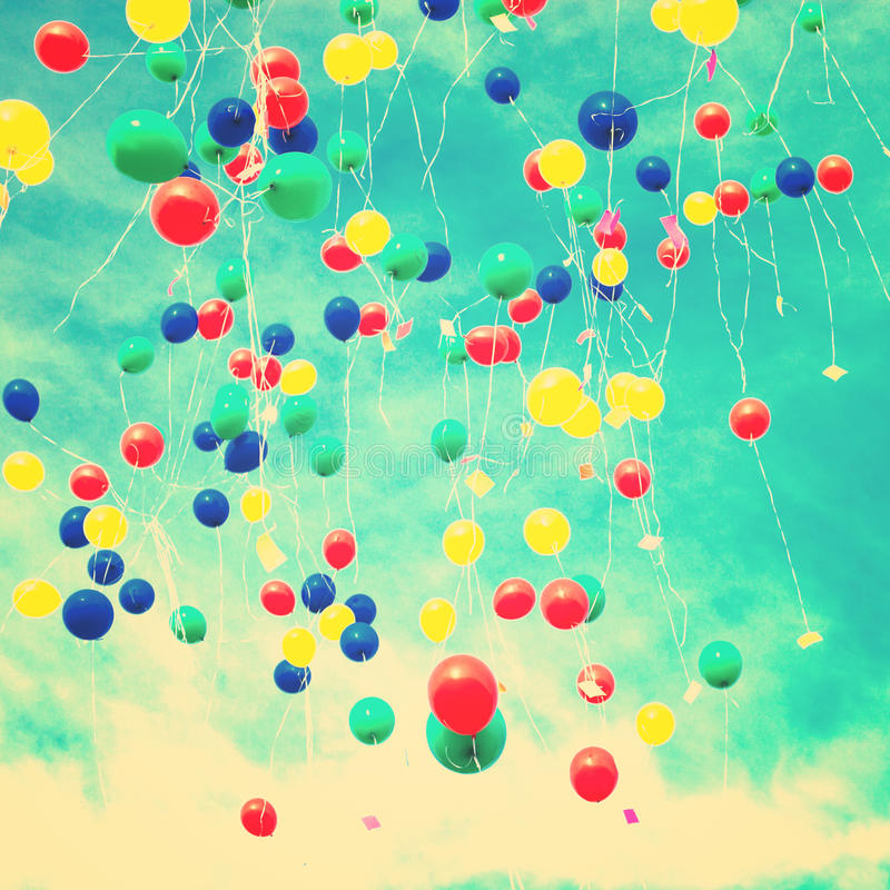 Många ballonger i skyen arkivbild
