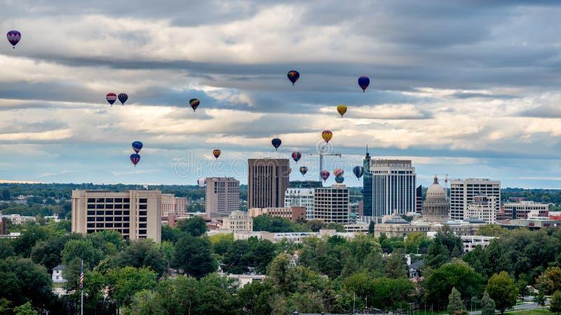 Många ballonns för varm luft lyfter av över Boise Idaho arkivbild