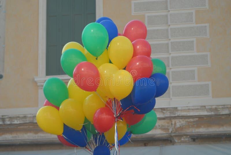 Många ballons, olika färger arkivfoton