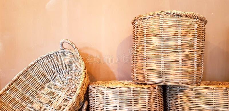 Många bambu-väv för försäljning med orange eller brun vägg och kopieringsutrymme arkivfoton