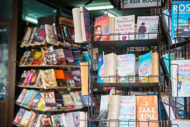 Många begagnade böcker i bokhandel royaltyfri foto