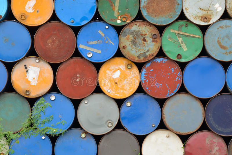 Många belägger med metall trummor arkivbild