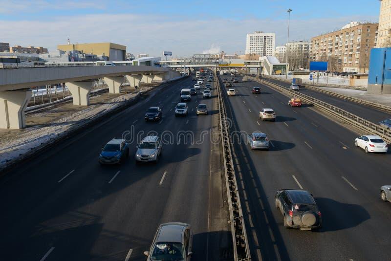 Många bilar fortskrider motorwayen arkivfoto