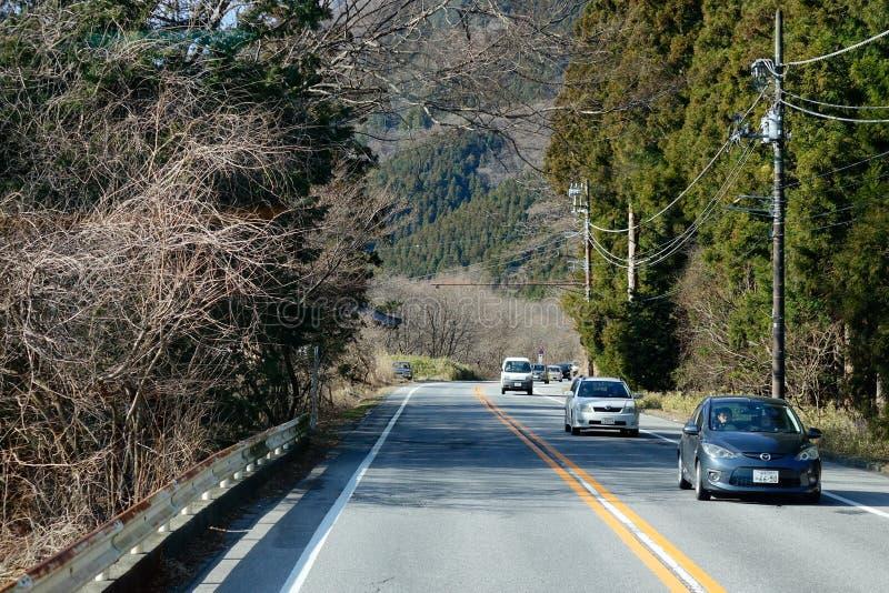 Många bilar som kör på bergvägen i Nikko, Japan royaltyfri foto