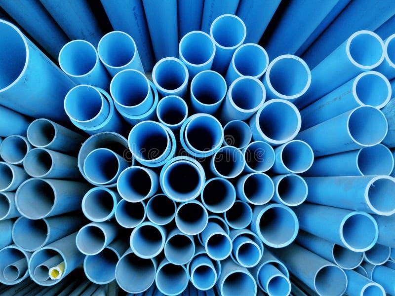 Många blåa cirkeldesigner göras av den plast- slangen, royaltyfri fotografi