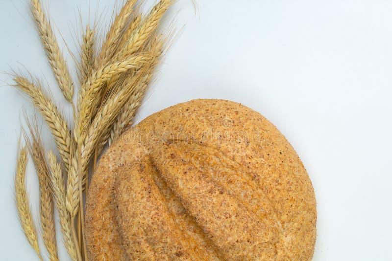 Många blandade bröd och rullar av bakat bröd, på trätabellbakgrund arkivfoto