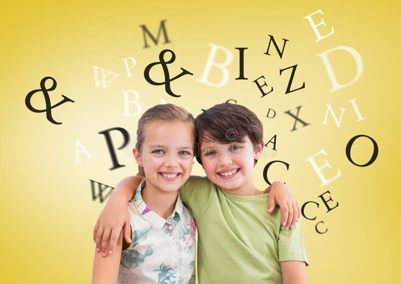 Många bokstäver runt om pojken och flickan som framme kramar av gul bakgrund royaltyfri foto