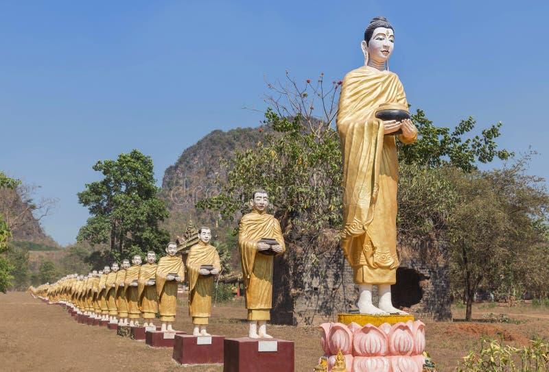 Många buddha statyer som står i rad på den Tai Ta Ya klostertemplet i payathonzuområdet, Myanmar Burma arkivbild