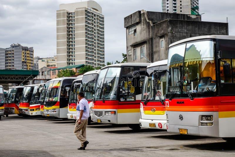 Många bussar som parkerar på bussstationen i Manila, Filippinerna arkivbilder