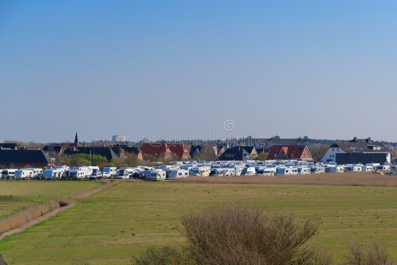 Många campa släp som parkerar i den berömda ferieregionen Sankt Peter-Ording, Tyskland royaltyfria foton