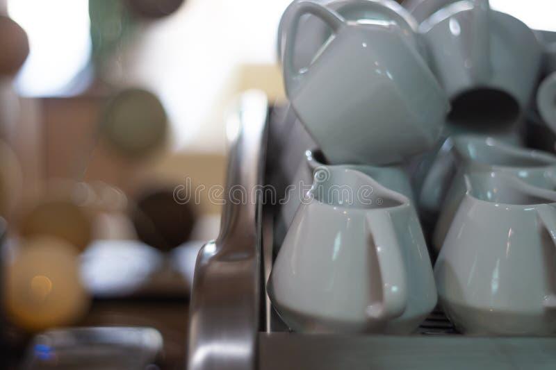 Många creamers på kaffemaskinen i kafé Gjord suddig bakgrund, mjuk fokus Ho-beträffande-CA sfär royaltyfria foton