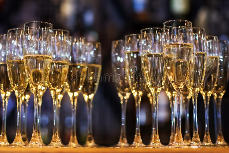 Många exponeringsglas av champagne på stången royaltyfri foto