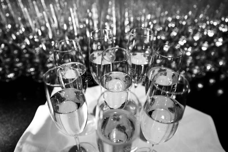 Många exponeringsglas av vin på en tabell som gör en härlig modell arkivfoton