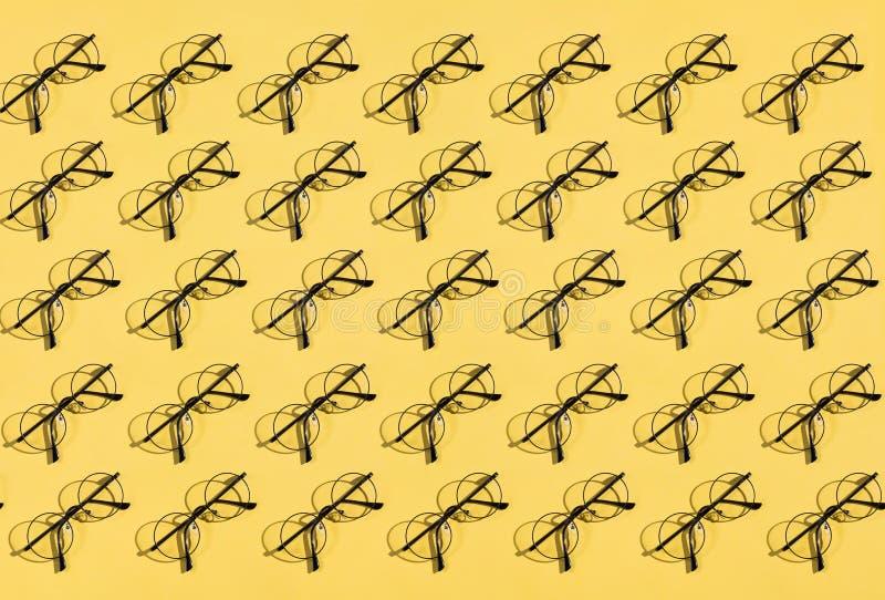 Många exponeringsglas som ligger på den gula tabellen arkivfoto