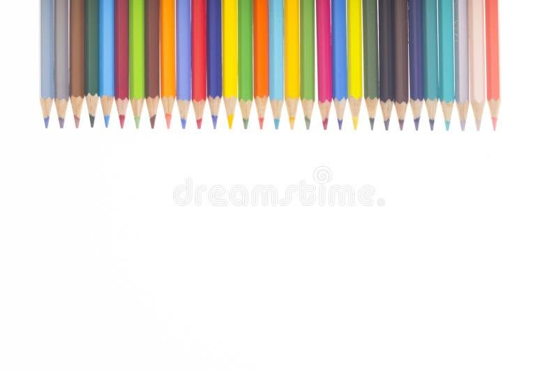 Många färgrika blyertspennor i en horisontalrad stock illustrationer