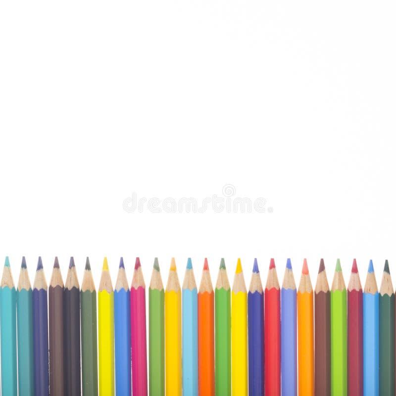 Många färgrika blyertspennor i rad vektor illustrationer