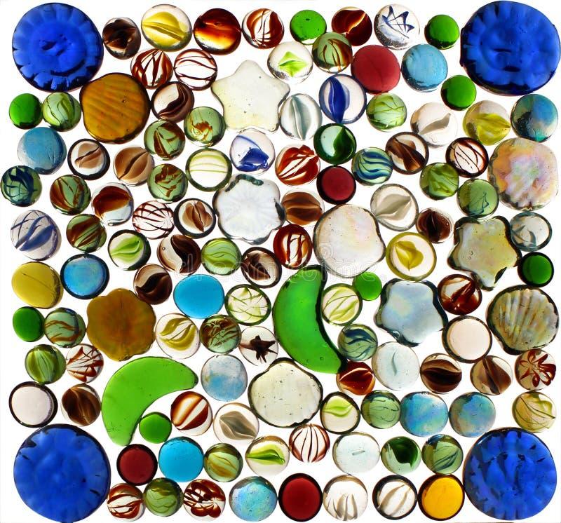 Många färgrika genomskinliga exponeringsglasmarmor som isoleras på vit backgr royaltyfri foto