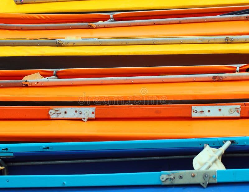 Många färgrika kajaker och kanoter som bakgrund fotografering för bildbyråer