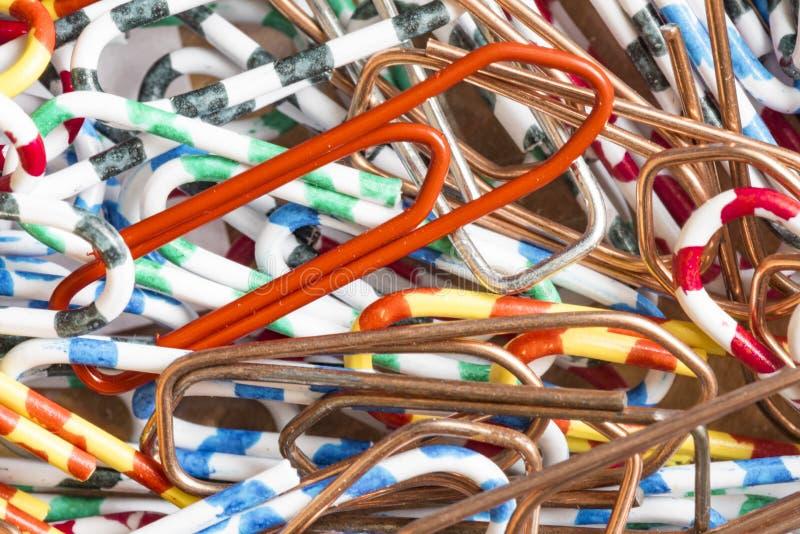 Många färgrika kontorsklämmor på en hög fotografering för bildbyråer
