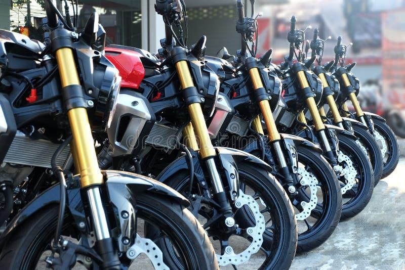 Många färgrika motorcyklar på visningslokalen royaltyfria bilder