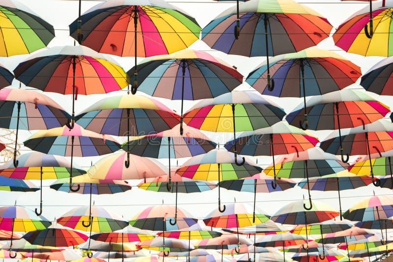 Många färgrika paraplyer arkivfoto