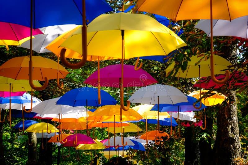 Många många färgrika paraplyer till fröjden allra royaltyfria bilder