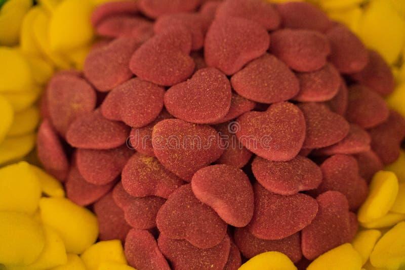 Många färgrika sötsaker från marmelad, marshmallow, karamell - efterrätter royaltyfri bild