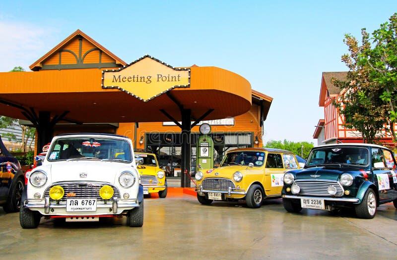 Många färgstarka gamla Mini-kopparbilar parkerade på mötesplats för bilfestival för veteranbilar - transport, färgat fordon och l royaltyfria bilder